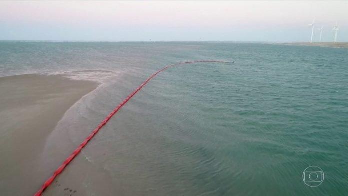 Ceará cria barreiras para evitar que o vazamento de óleo atinja praias e mangues