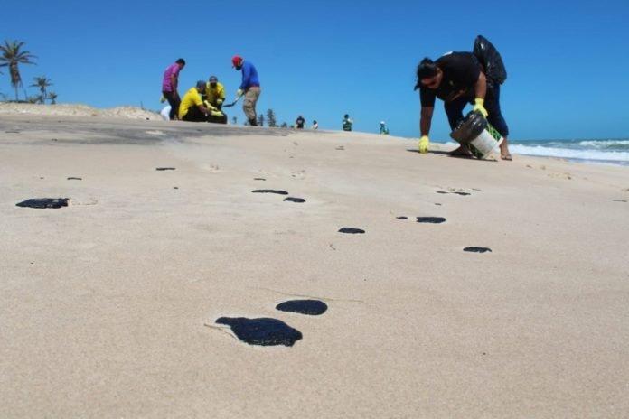 Manchas de óleo aparecem nas praias cearenses de Canoa Quebrada e Cumbuco