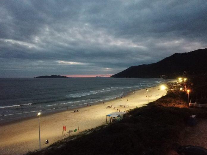 Projeto Praia Iluminada estende o tempo de lazer de moradores e turistas em Florianópolis